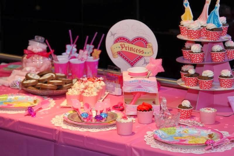 נסיכות , שולחן ורוד צילום  מרב רביץ מושל מ BELLYBOOK