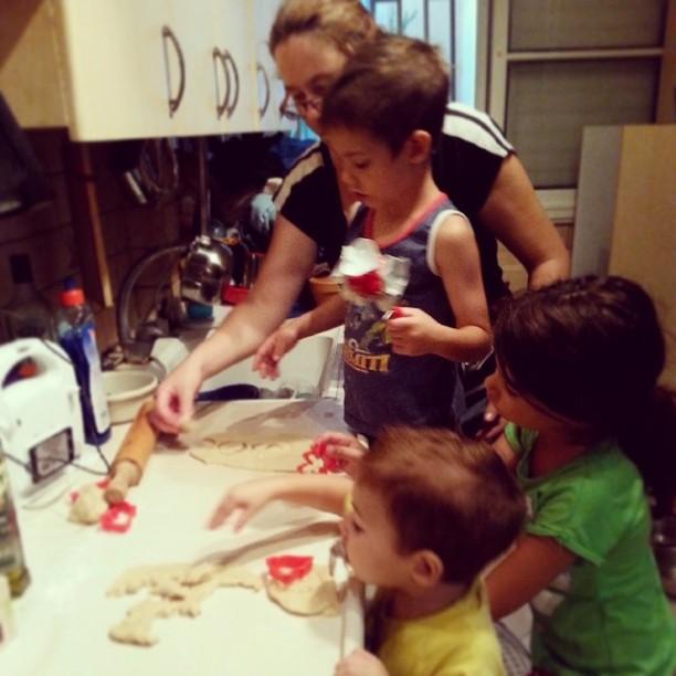 האזעקה תפסה אותנו מכינים עוגיות לחיילים