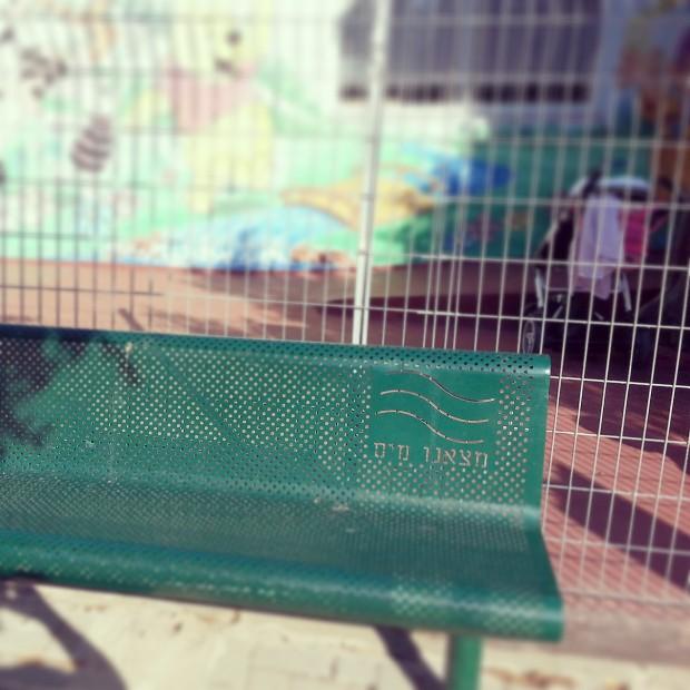 כמעט מחוץ לכל גן יש את ספסל הדמעות  צילום טלי בריל