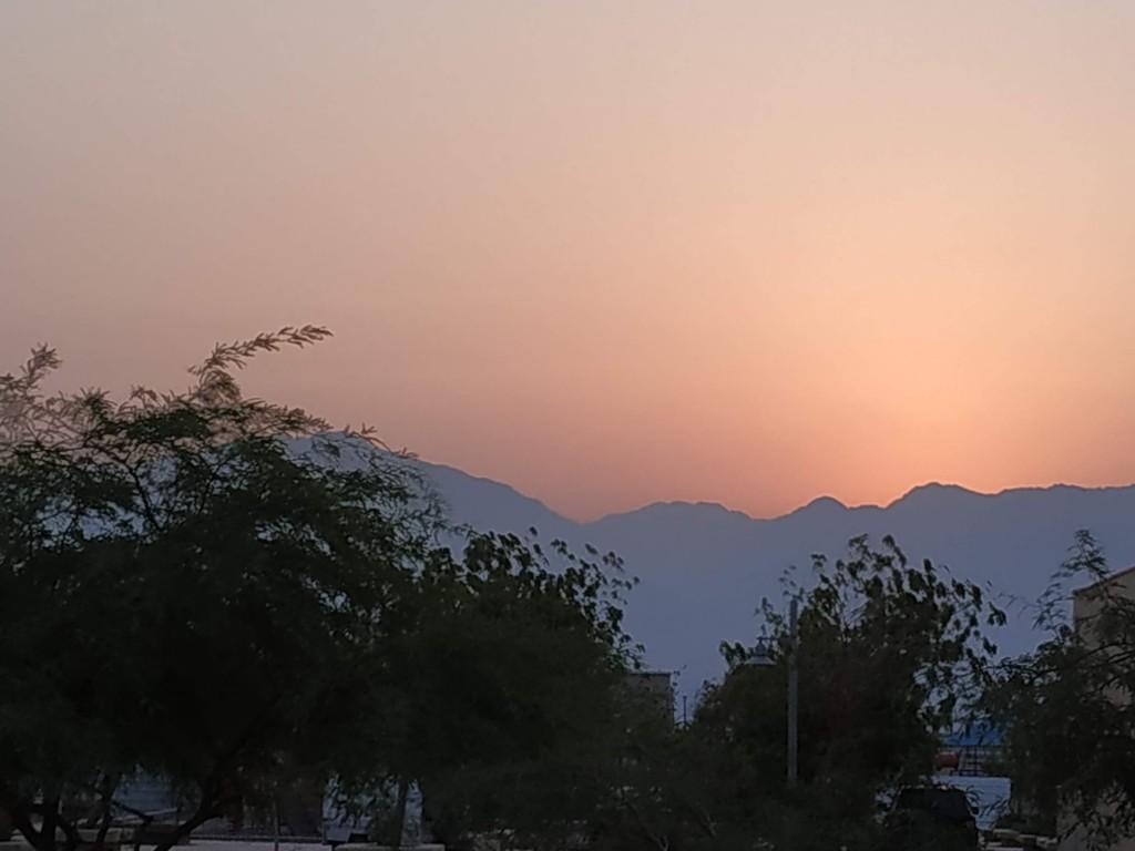 השמש מציצה מההרים צילום טלי בריל
